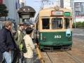 Warten auf die Straßenbahn in Hiroshima