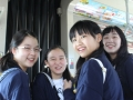 Japanische Schülerinnen in der Straßenbahn